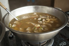 煮沸的纯净辣热的猪肉和变酸在罐的汤 免版税库存图片