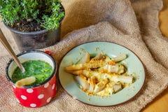 煮沸的芦笋、汤和麝香草草本 免版税库存照片