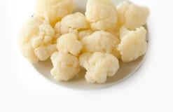 煮沸的花椰菜查出的牌照白色 免版税库存照片