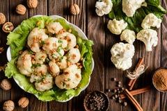 煮沸的花椰菜用莴苣、核桃、香料和荷兰芹 免版税库存照片
