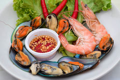 煮沸的虾和淡菜垂度调味汁 库存照片
