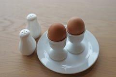 煮沸的蛋装煮好带壳蛋之小杯软件 免版税库存照片