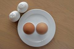 煮沸的蛋装煮好带壳蛋之小杯软件 免版税库存图片