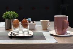 煮沸的蛋装煮好带壳蛋之小杯软件 库存照片