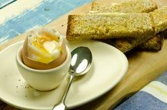 煮沸的蛋软的多士 免版税库存照片