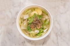 煮沸的豆腐汤用在花岗岩桌b上的剁碎的猪肉 库存图片