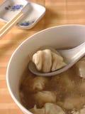 煮沸的饺子用填装在汤的肉 免版税库存照片