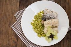 煮沸的鱼排用豌豆纯汁浓汤 木背景 顶视图 特写镜头 库存照片