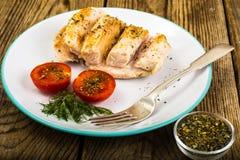 煮沸的鸡内圆角和蕃茄樱桃健康饮食食物、蛋白质午餐和晚餐 库存图片