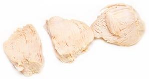 煮沸的鸡胸脯片断在白色背景的 免版税库存照片