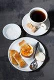 煮沸的鸡蛋、咖啡和酥脆面包,垂直,顶视图 免版税库存照片