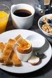 煮沸的鸡蛋、多士和咖啡早餐,垂直 免版税库存照片