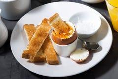 煮沸的鸡蛋、多士和咖啡早餐,特写镜头顶视图 库存图片