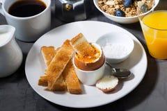 煮沸的鸡蛋、多士和咖啡早餐,顶视图 免版税图库摄影