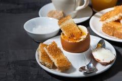 煮沸的鸡蛋、多士和无奶咖啡早餐 免版税图库摄影