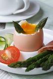 煮沸的鸡蛋、绿色垂直芦笋和的菜 免版税图库摄影