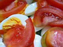 煮沸的鸡蛋切的蕃茄 免版税库存照片