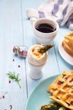 煮沸的鸡蛋和芦笋 库存照片