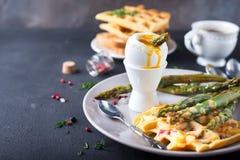 煮沸的鸡蛋和芦笋 免版税图库摄影