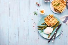 煮沸的鸡蛋和芦笋 免版税库存照片