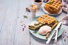 煮沸的鸡蛋和芦笋 图库摄影
