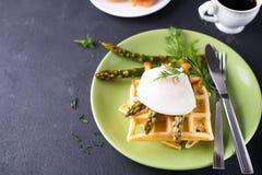 煮沸的鸡蛋和芦笋 库存图片