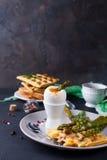 煮沸的鸡蛋和芦笋 免版税库存图片