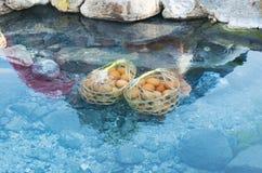 煮沸的鸡蛋在温泉城 库存图片