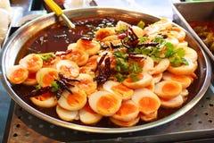 煮沸的鸡蛋煎用罗望子树调味汁。 免版税库存图片