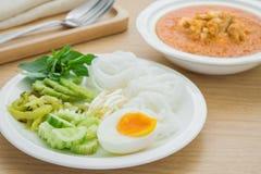 煮沸的鸡蛋用在板材和咖喱螃蟹,泰国食物的米线 库存图片