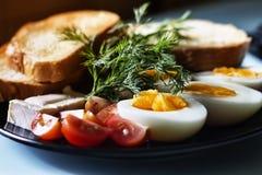 煮沸的鸡蛋,健康早餐,多士用黄油 库存照片