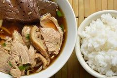 煮沸的鸭子肉和血液在棕色中国草本汤吃加上米 图库摄影