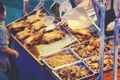 煮沸的鸭子,被蒸的鸭子用中国草本有益于健康和好口味待售在食物市场上在曼谷 免版税库存照片