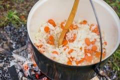 煮沸,热的菜炖牛肉汤用肉,辣椒粉,土豆,葱,红萝卜是匈牙利烹调传统盘  免版税库存照片