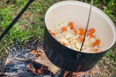煮沸,热的菜炖牛肉汤用肉,辣椒粉,土豆,葱,红萝卜是匈牙利烹调传统盘  免版税库存图片