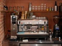煮浓咖啡器、面汤分配器和磨咖啡器 免版税图库摄影