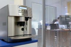 煮浓咖啡器办公室 免版税库存图片