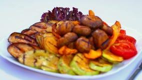 煮熟烤的菜和蘑菇 蕃茄、茄子、夏南瓜和蘑菇在火油煎了 股票录像