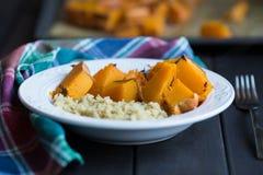 煮熟的南瓜和奎奴亚藜盘  库存照片