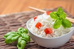 煮熟的印度大米用蕃茄和蓬蒿 免版税库存照片