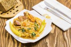 煮熟的圆白菜用红萝卜,辣椒,荷兰芹 库存照片