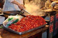 煮熟的大虾准备好对铁锅 图库摄影