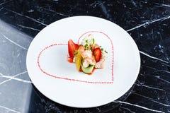 煮熟的大虾开胃菜用果子 免版税库存图片