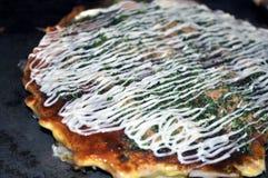 煮熟的扁平烤盘okonomiyaki 库存图片