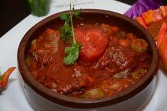 煮熟的汤和用在白色板材的开胃菜 库存照片