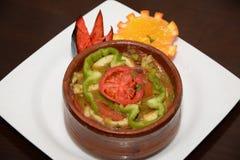 煮熟的汤和米用开胃菜在白色板材 库存照片