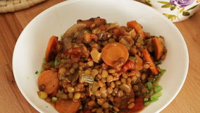 煮熟的热的扁豆倾吐了在板材-特写镜头上 影视素材