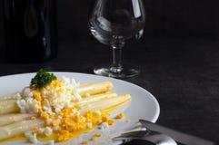 煮熟的白色芦笋用黄油和熟蛋 免版税库存照片