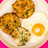 煮熟的素食泡影和吱吱声结块用一个煎蛋 库存照片