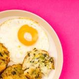 煮熟的素食泡影和吱吱声结块用一个煎蛋 库存图片